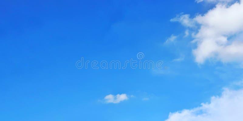 Klar blå himmel och vit fördunklar, abstrakt bakgrund royaltyfria bilder