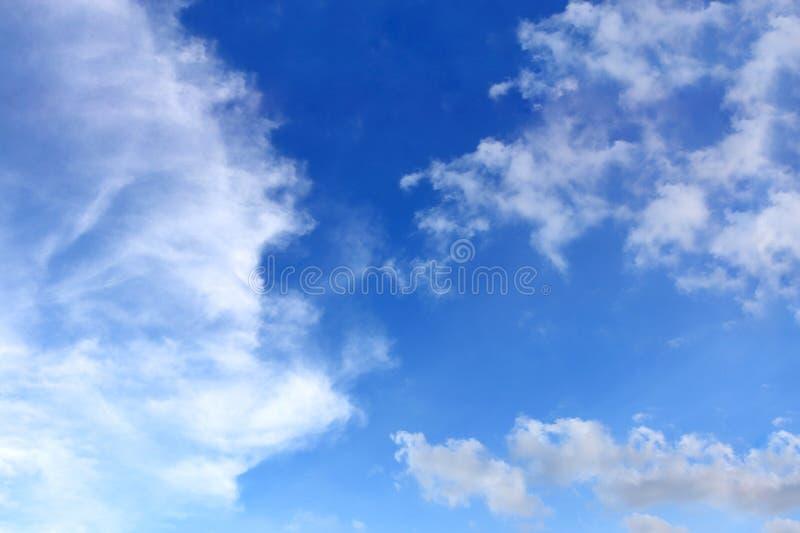 Klar blå himmel och vit fördunklar, abstrakt bakgrund arkivfoto