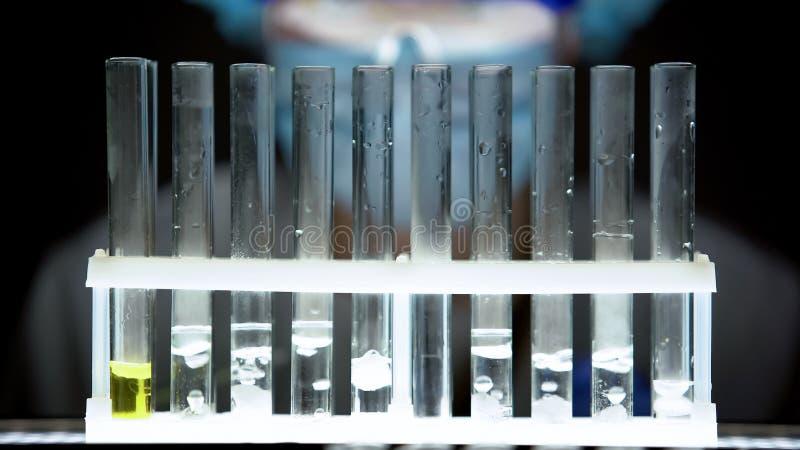 Klar bubbla flytande för rör, farmaceutisk bransch, experimentellt laboratorium arkivbild
