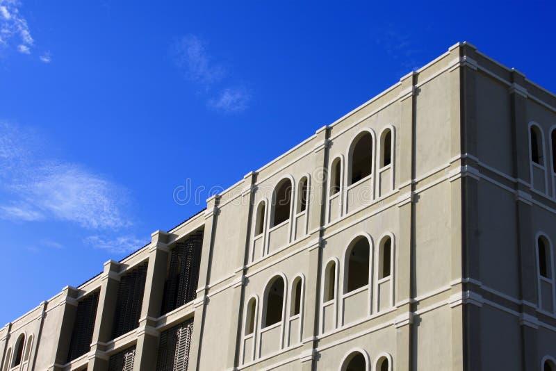 Klar himmel överst av byggnaden royaltyfri bild