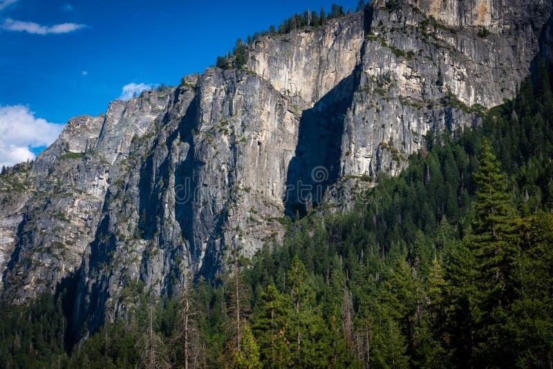 Klar himmel och i lager berg fotografering för bildbyråer