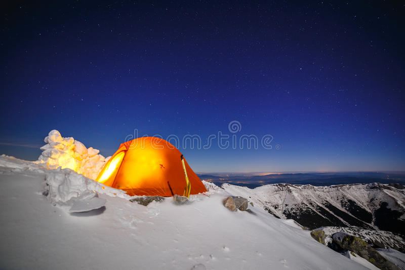 Klar himmel ovanför snö-att campa i Tatras arkivbild