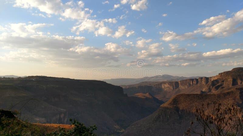 Klar himmel på berg royaltyfria foton