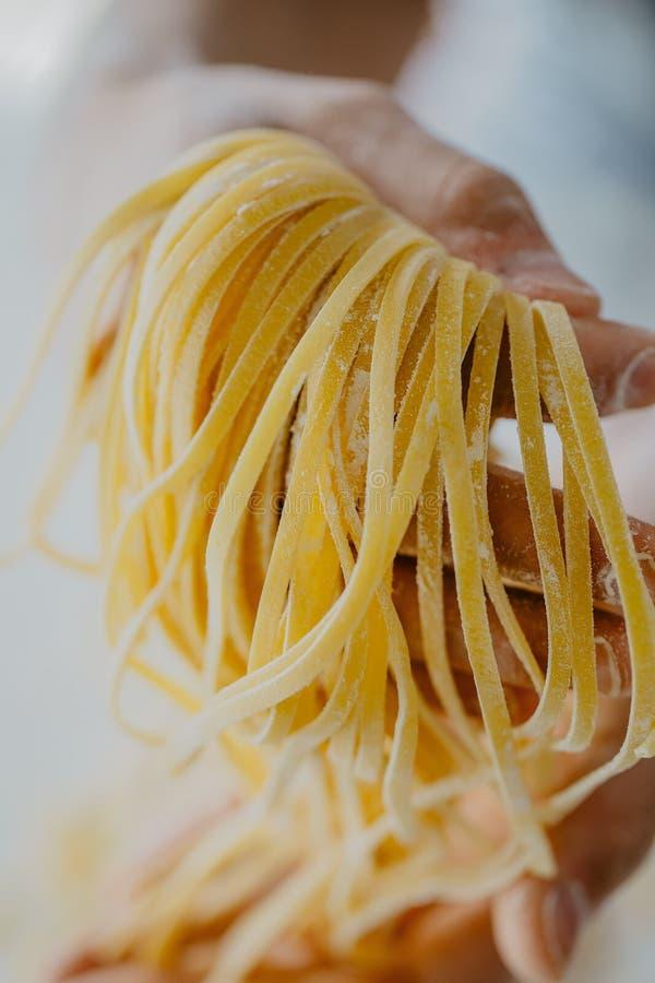 Klar italiensk hemlagad pasta för kockinnehav royaltyfria foton