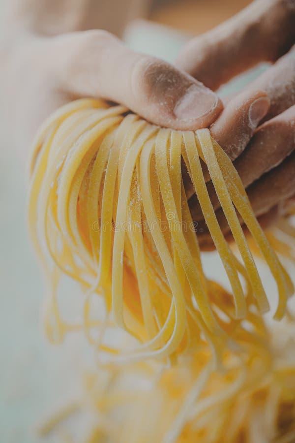 Klar italiensk hemlagad pasta för kockinnehav royaltyfri fotografi