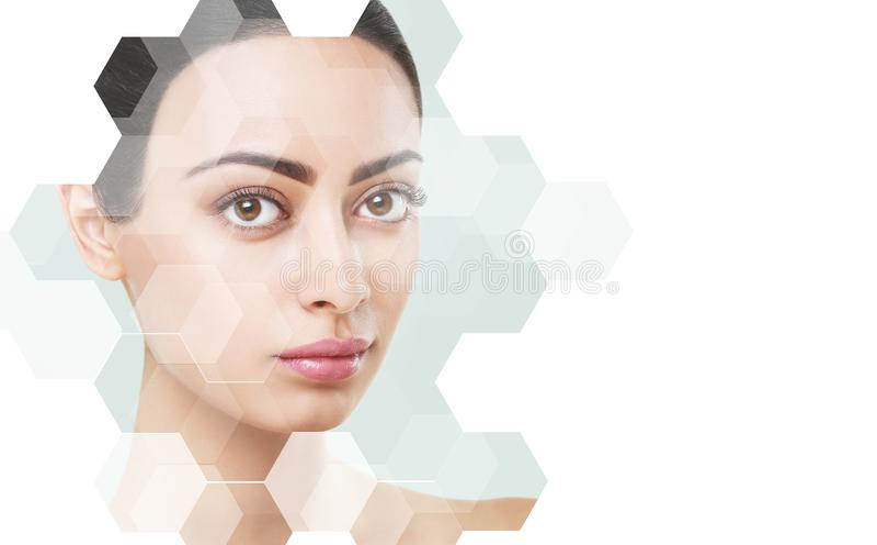 Klar kvinnaframsida efter kosmetologtillvägagångssätt på blått arkivbild
