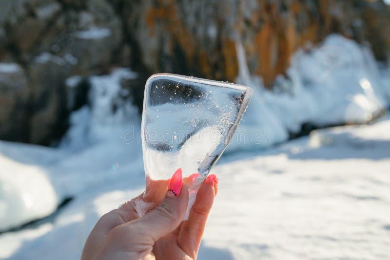 Klar och klar is på sjön arkivfoton
