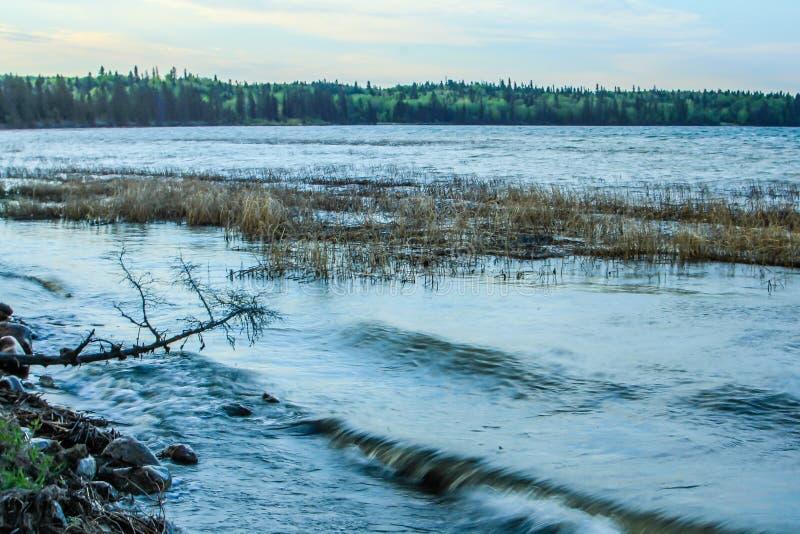 Klar sjö som rider bergnationalparken, Manitoba, Kanada royaltyfri foto