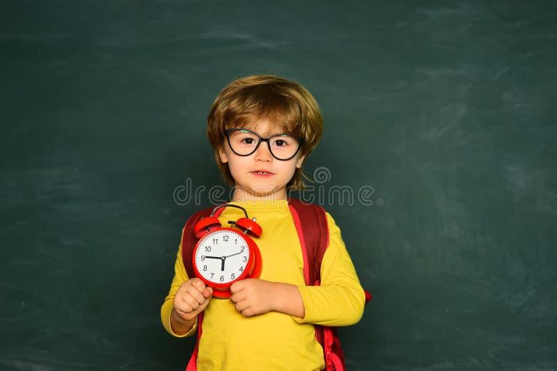 klar skola Stående av pojken som är sent i skola begreppet l?rer tid till royaltyfri fotografi
