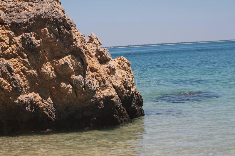 Klar strand för blått vatten i Portugal arkivbilder