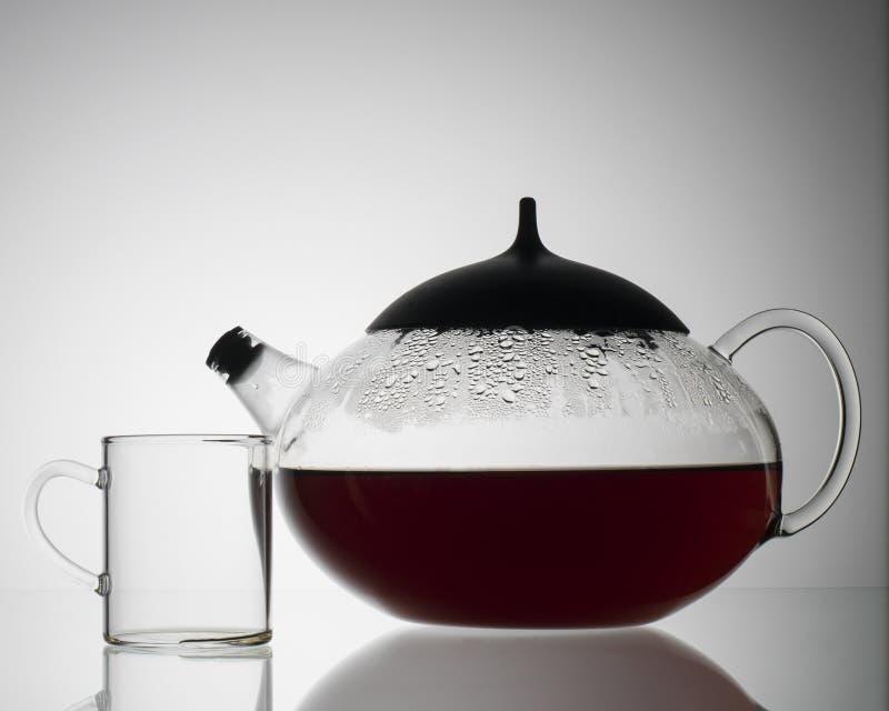 Klar tekanna med varmt te arkivfoton