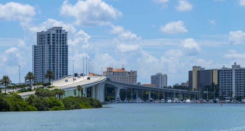 Klar vattenstrandflorida horisont och bro fotografering för bildbyråer