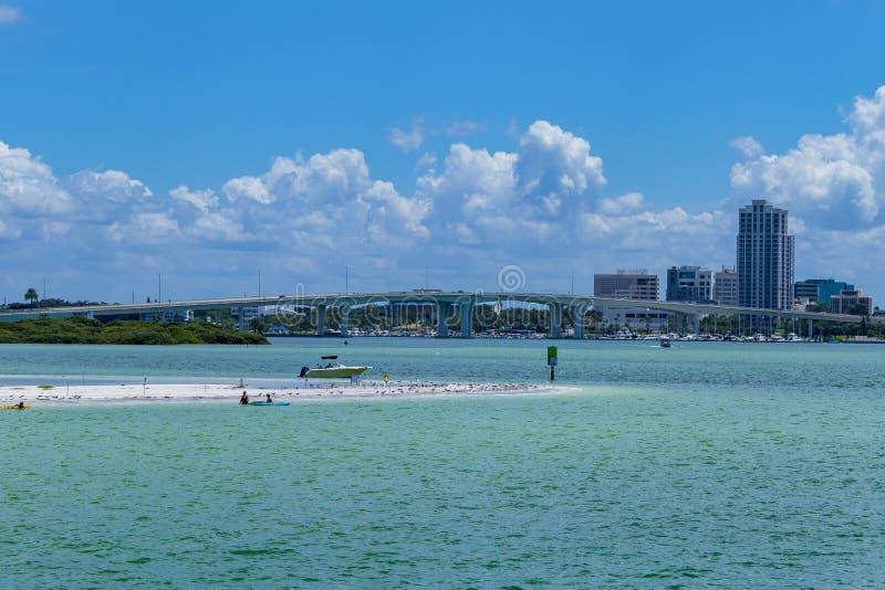 Klar vattenstrandflorida horisont och bro royaltyfria bilder