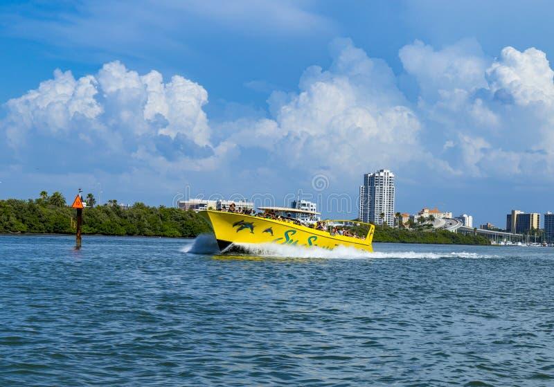 Klar vattenstrandflorida horisont och hastighetsfartyg Clearwater arkivfoto
