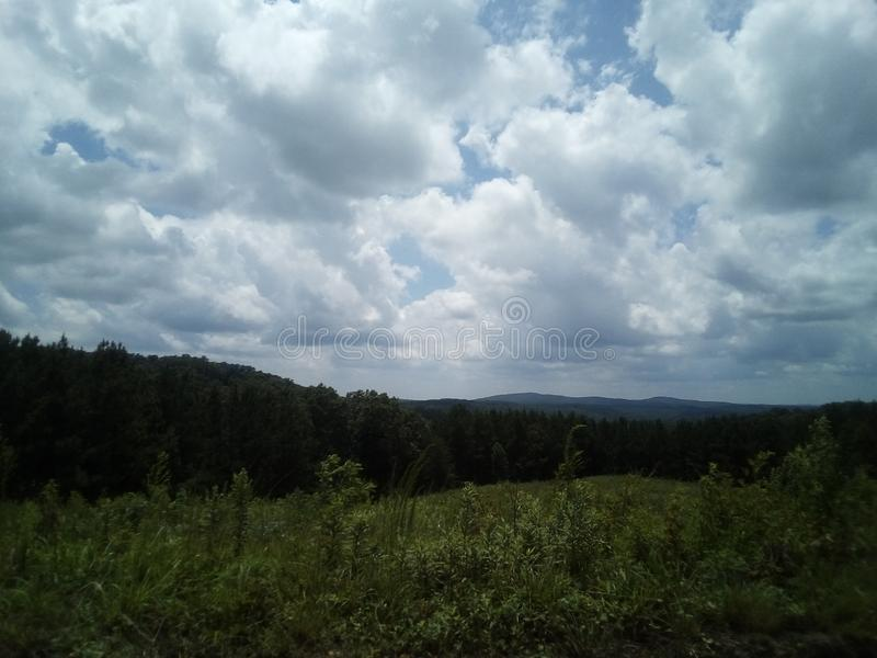 Klara himlar ovanför den norr Georgia Mountains royaltyfria bilder