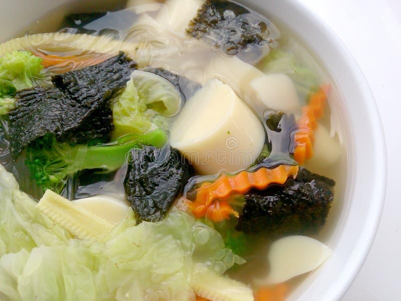 Klare Brühe mit Bean Curd und und Mischungsgemüse in der weißen Schüssel auf weißem Hintergrund, vegetarisches Lebensmittel, gesu stockfoto