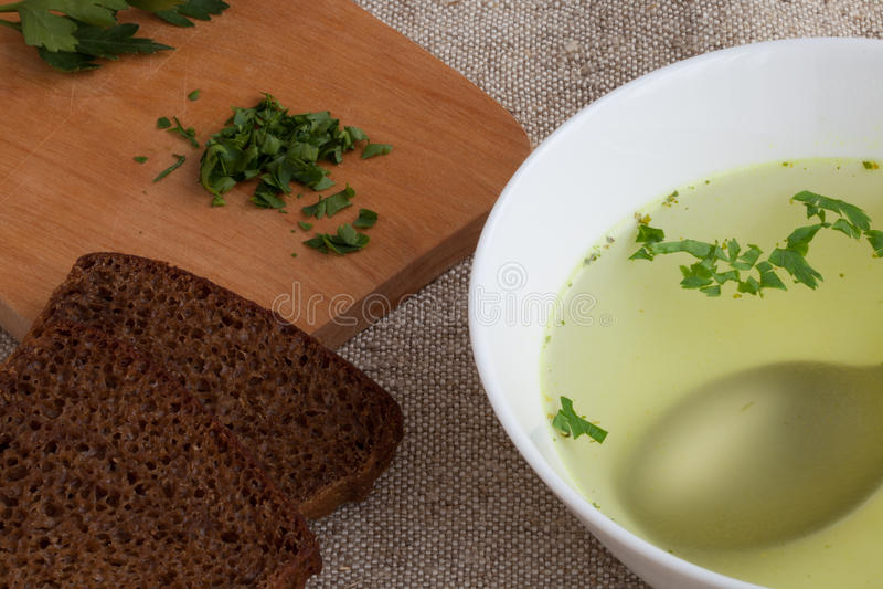 Klare Brühe und Brot lizenzfreie stockbilder