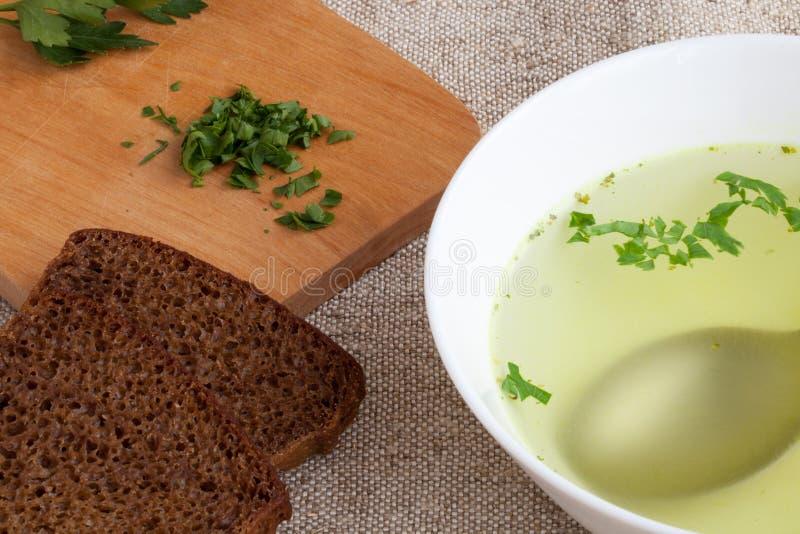 Klare Brühe und Brot lizenzfreies stockfoto