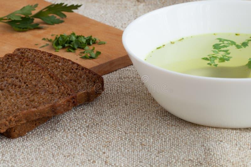 Klare Brühe und Brot lizenzfreie stockfotos