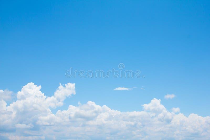 Klare Dämmerungswolke der Natur über hellem hellem Himmel des Landschaftsstadtlandes der schöne blaue Himmel stockbilder