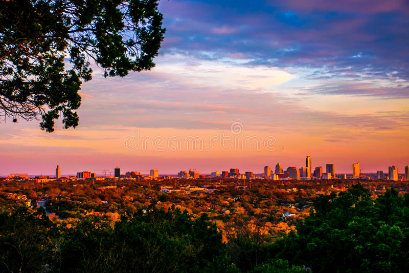 Klare Farben Grüngürtel-Austin City Skyline Golden Hours stockfotos