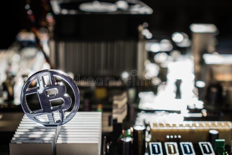 Klare gebissene Plastikmünze mit Motherboard und elektronischer Hintergrund- und Aluminiumkühlvorrichtung lizenzfreie stockfotos