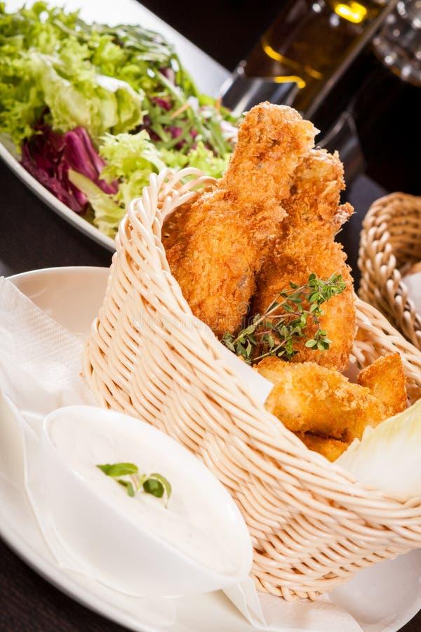 Klare knusprige goldene Hühnerbeine und Flügel lizenzfreies stockfoto