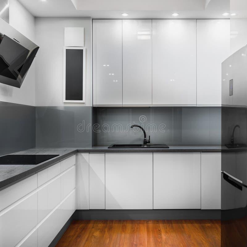 Klare und helle Küche lizenzfreie stockfotografie