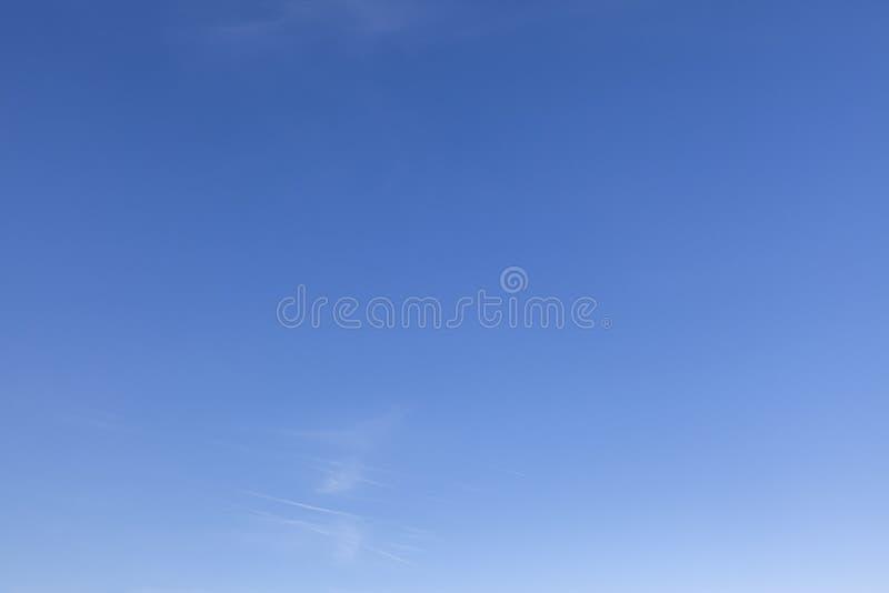 Klarer blauer Himmel mit einer kleinen weißen Wolke 0630 stockbild