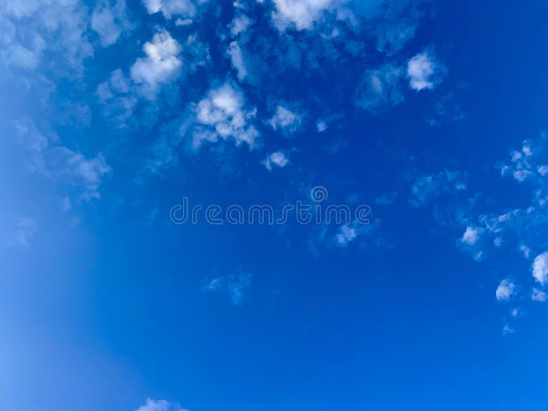 Klarer blauer Himmel lizenzfreie stockfotos