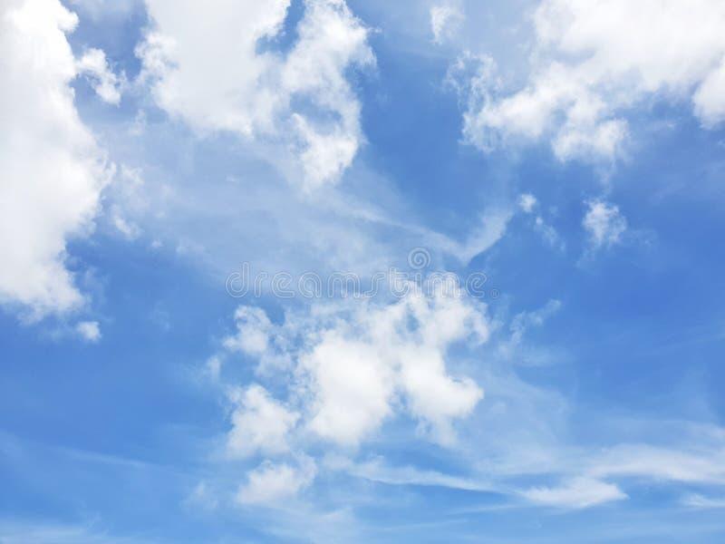 Klarer blauer Himmel und weiße Wolke, abstrakter Hintergrund stockfotografie