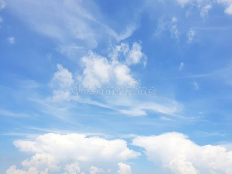 Klarer blauer Himmel und weiße Wolke, abstrakter Hintergrund lizenzfreie stockbilder