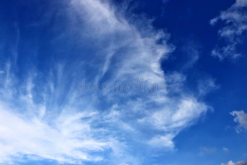 Klarer blauer Himmel und weiße Wolke, abstrakter Hintergrund stockbild