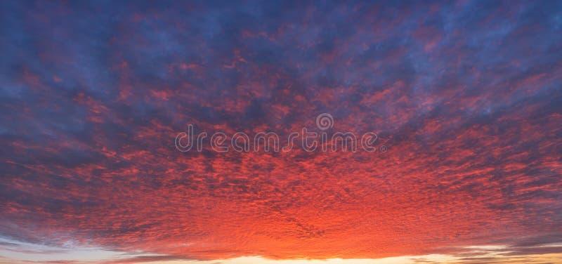 Klarer Dämmerung Sonnenuntergang oder Sonnenaufgang Heller drastischer Himmel Beautifu lizenzfreies stockbild