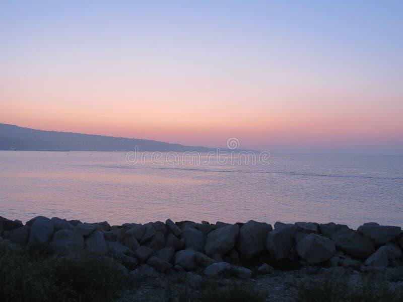 Klarer Dämmerungssonnenunterganghimmel in dem Meer stockfotografie