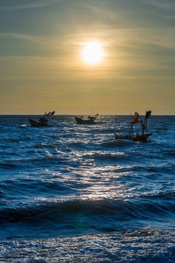 Klarer Dämmerungssonnenunterganghimmel und Bewegungsunschärfe des Meeres darunter mit langem Belichtungseffekt lizenzfreies stockfoto