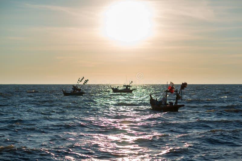 Klarer Dämmerungssonnenunterganghimmel und Bewegungsunschärfe des Meeres darunter mit langem Belichtungseffekt lizenzfreies stockbild