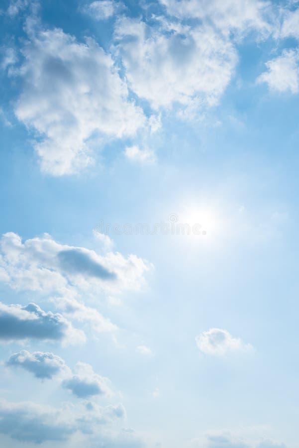 Klarer Hintergrund des blauen Himmels, Wolken mit Hintergrund stockfoto