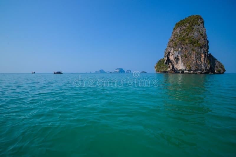 Klarer Wasserberg und blauer Himmel Strand in Krabi Provinz, Thailand lizenzfreie stockfotografie