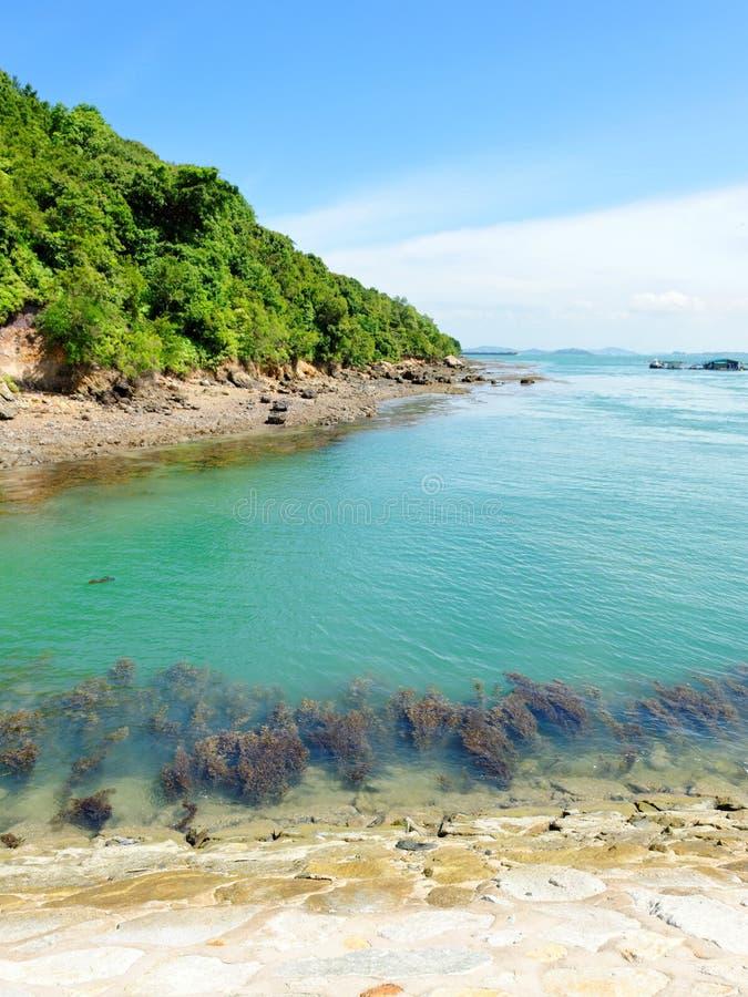 Klares blaues Meer, das Johannes-Insel umgibt stockfotos