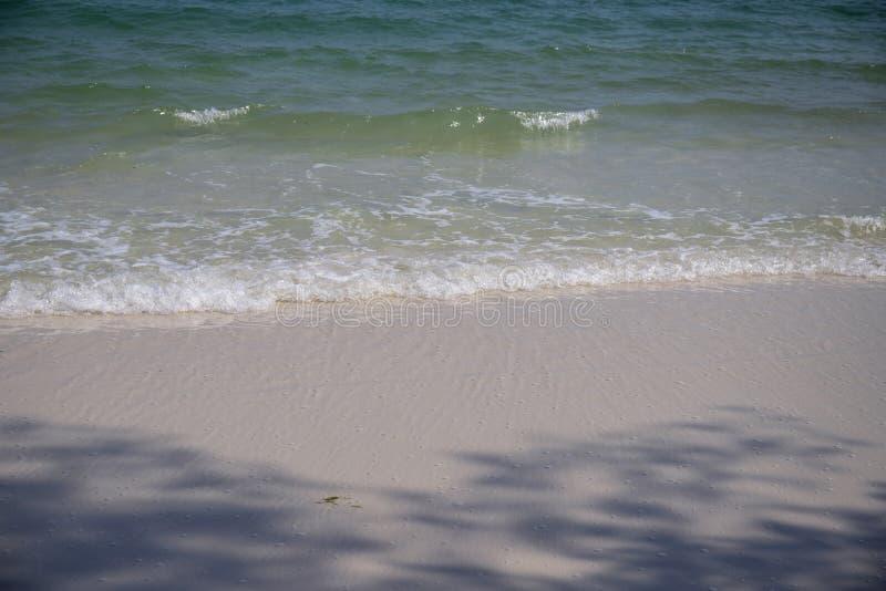 Klares blaues Meerwasser auf weißem Sandstrand Tropisches Küstenfoto Seestrandansicht am sonnigen Tag Natürliches Muster stockfotografie