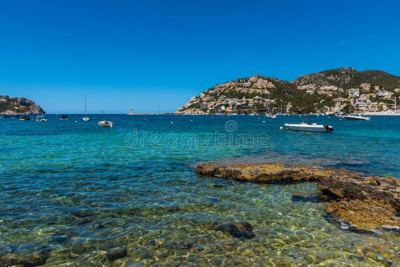 Klares blaues Wasser von Hafen d& x27; Andratx Mallorca stockfotos