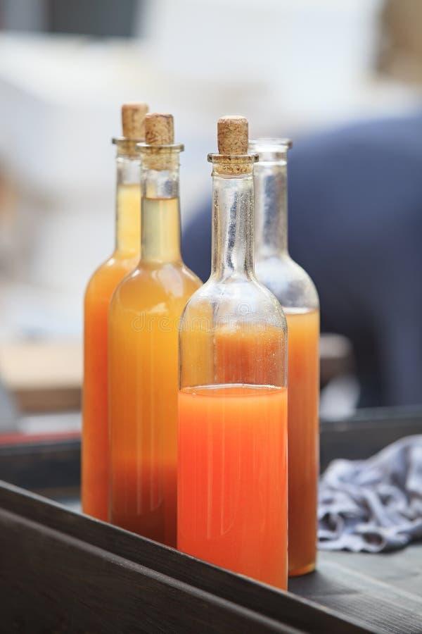 Klares Getränk in den Glasflaschen lizenzfreies stockfoto