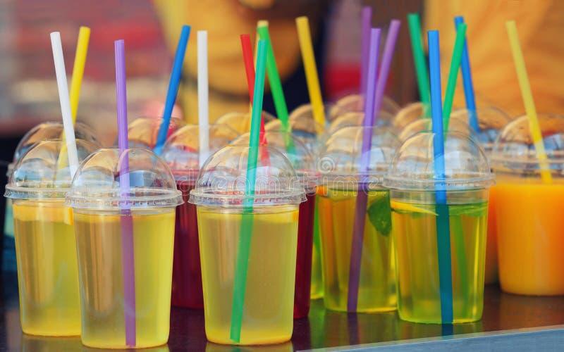 Klares Getränk in den Plastikgläsern stockbilder