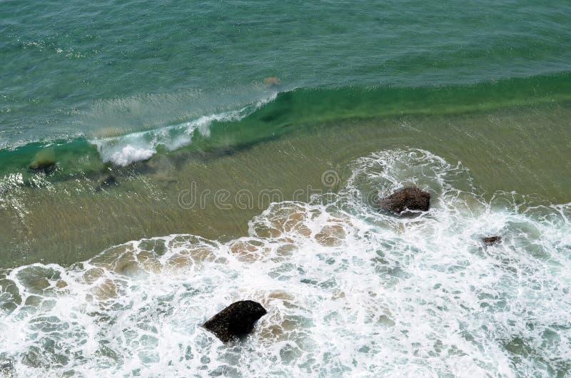 Klares Meerwasser mit Wellen und Felsen lizenzfreie stockfotografie