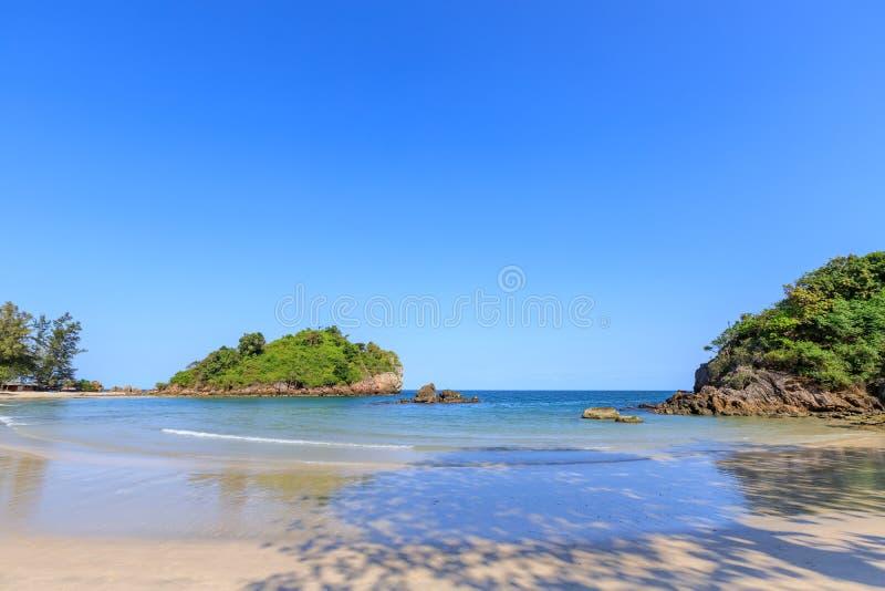 Klares Türkisblaumeer an BO-Zapfen Lang Bay, Knall Saphan-Bezirk, Prachuap Khiri Khan, Thailand lizenzfreies stockbild