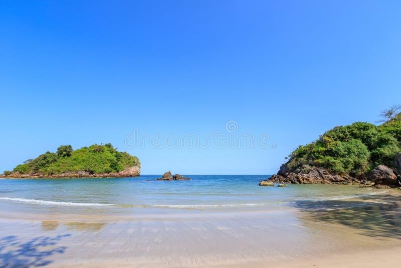 Klares Türkisblaumeer an BO-Zapfen Lang Bay, Knall Saphan-Bezirk, Prachuap Khiri Khan, Thailand stockbild