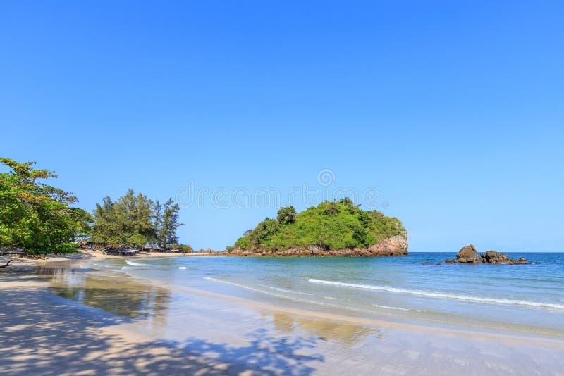 Klares Türkisblaumeer an BO-Zapfen Lang Bay, Knall Saphan-Bezirk, Prachuap Khiri Khan, Thailand lizenzfreie stockbilder