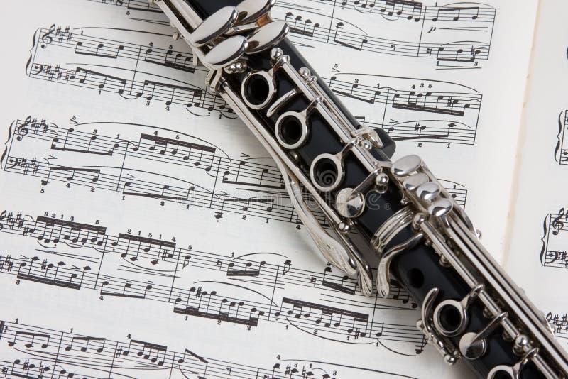 Klarinet op muziek stock afbeelding