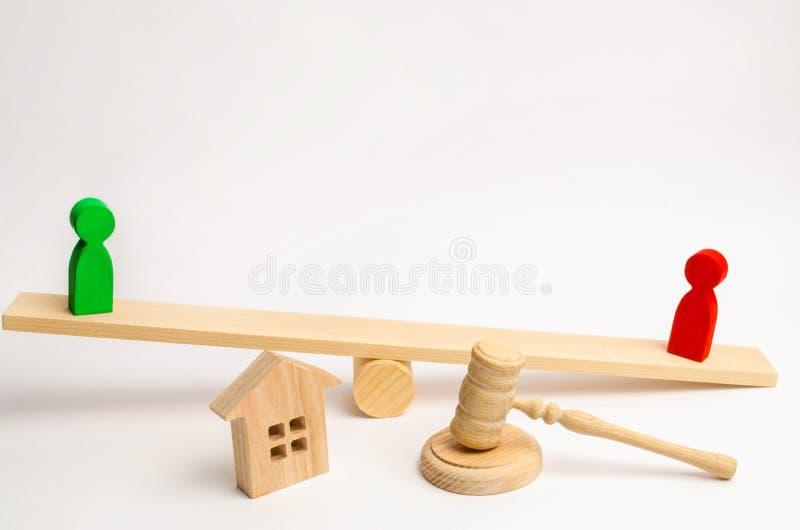 Klarowanie posiadanie dom Drewniane postacie ludzie rywale w biznesu stojaku na ważą competitio, próba, conf fotografia royalty free